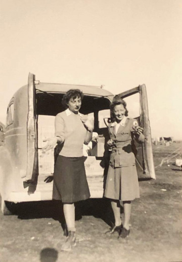 87th-FS-being-visited-by-Red-Cross-at-Magna-LG-Termoli-Italy-Jan.-1944.-Rocco-Loscalzo-collection-via-Frank-Loscalzo1